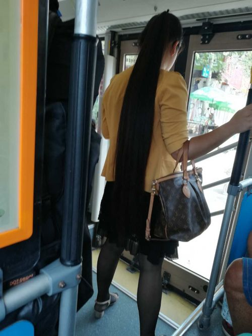 Thigh length long hair on bus in Jinan