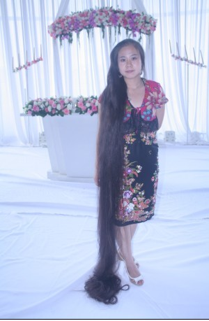 Feng Wan's 3 meters long hair