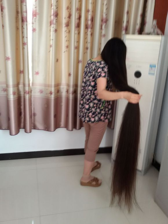 xinyu has almost 2 meters super long hair